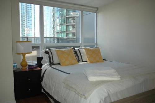 Livingsuites Toronto - 20 Blue Jays Way - Toronto, ON M5V 3W6