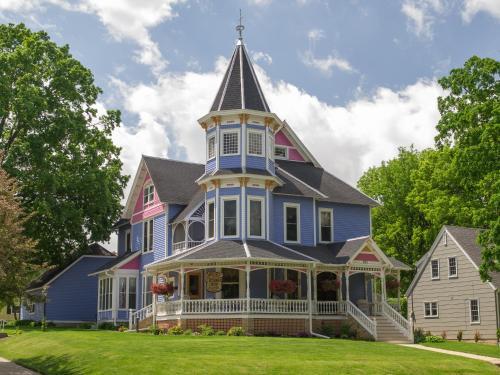 Historic Hutchinson House B&b