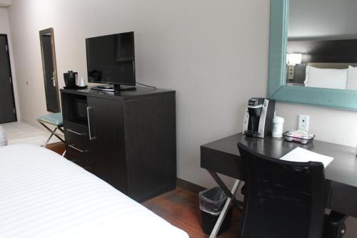 Holiday Inn Express & Suites Shawnee-kansas City West - Shawnee, KS 66217