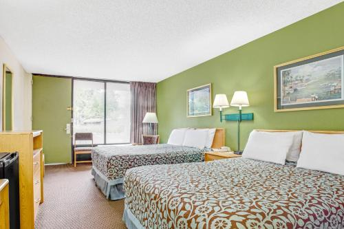 Days Inn By Wyndham Bradenton - Near The Gulf