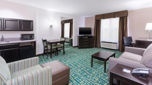 Holiday Inn Express & Suites Wyomissing - Wyomissing, PA 19610