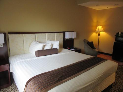 Baymont Inn & Suites Fort Jackson Photo
