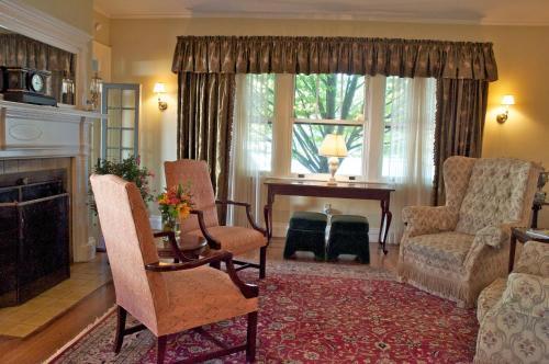 Hilltop Inn - Newport, RI 02840