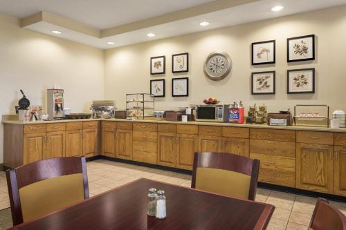 Country Inn & Suites by Radisson, Findlay, OH Photo