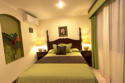 Hotel Iguana Verde Photo