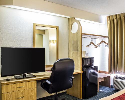 Econo Lodge Inn & Suites Raleigh North Raleigh Photo