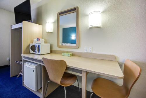Motel 6 Stony Plain Photo