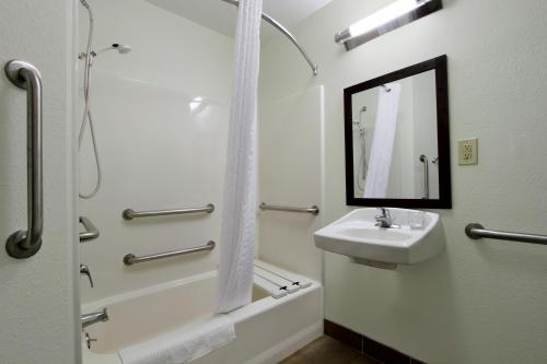 Candlewood Suites Rogers - Rogers, AR 72756