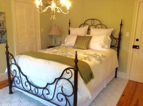 Scarlet Tunic Bed And Breakfast - Niagara On The Lake, ON L0S 1J0