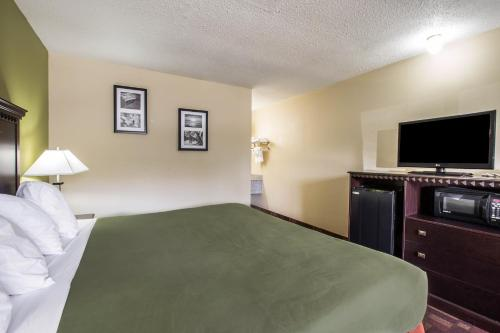 Econo Lodge Biltmore Photo