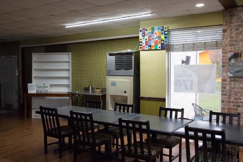 Cocomo Inn & Suites - Moultrie, GA 31768