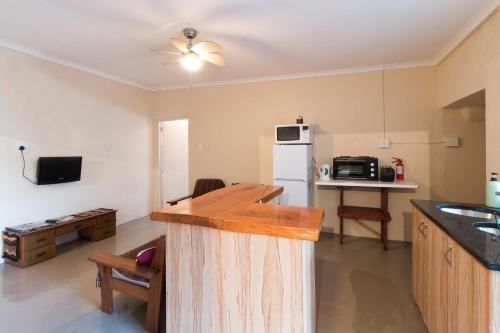 Inyathi Self-Catering Apartments Photo