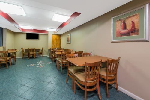 Days Inn By Wyndham Hurstbourne - Louisville, KY 40222