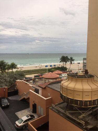 Beachfront Condo Parking & Pool - Hollywood, FL 33019