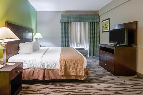 Quality Suites Sulphur Photo