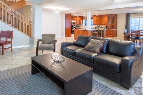 Super 8 Hotel & Suites - Cochrane Photo