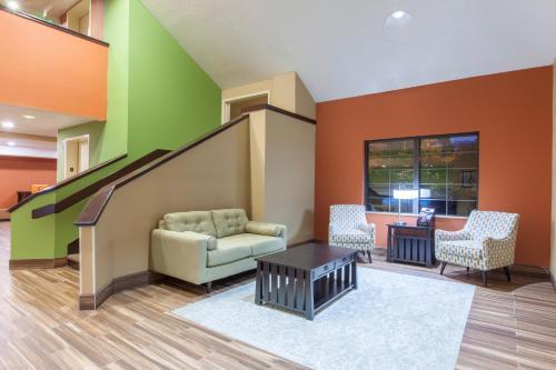 Baymont Inn & Suites Newark Photo