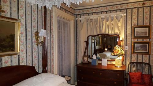Holidae House Bed & Breakfast - Bethel, ME 04217