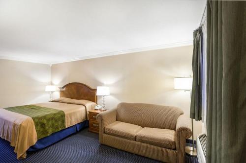 Econo Lodge Inn & Suites Fiesta Park Photo