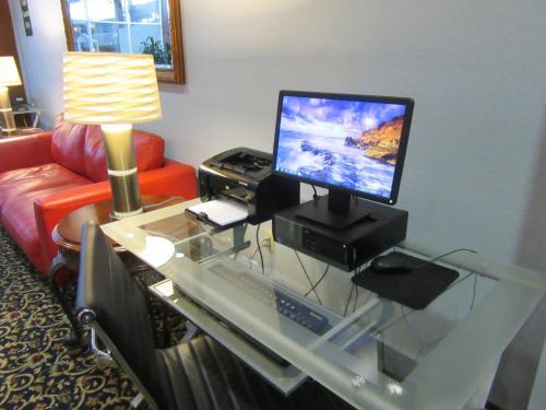 Atrium Hotel And Conference Center - Hutchinson, KS 67501