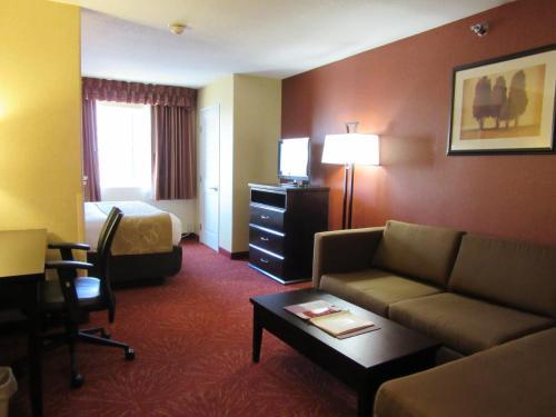 Comfort Suites Airport Wichita Photo