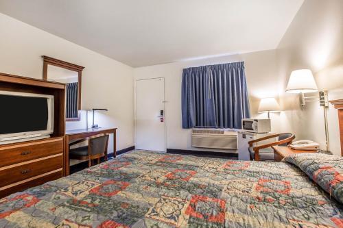 Econo Lodge Inn & Suites near China Lake Naval Station Photo
