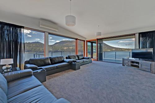 Hobart Waterfront Luxury Retreat