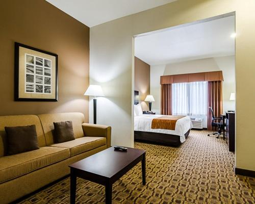 Comfort Inn & Suites Lawrence Photo