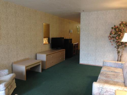 Timberland Inn & Suites - Castle Rock, WA 98611