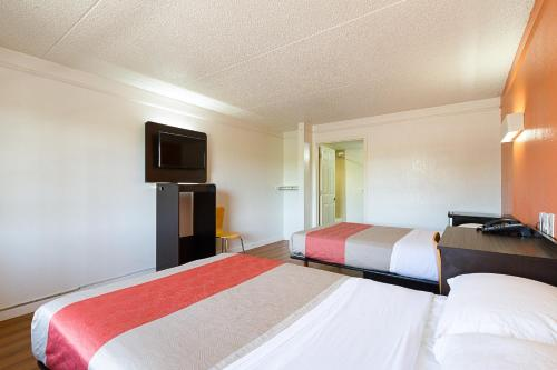 Motel 6 Dallas Market Center - Dallas, TX 75247