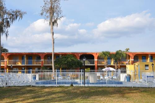 Howard Johnson By Wyndham Lake Front Park Kissimmee - Kissimmee, FL 34746