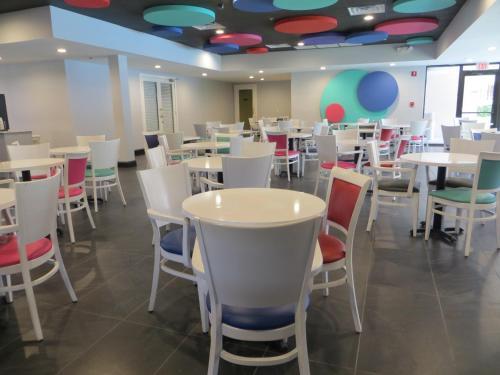 Baymont Inn & Suites Orlando Universal Blvd Photo