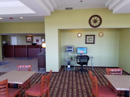 Days Inn By Wyndham Windsor Locks / Bradley Intl Airport - Windsor Locks, CT 06096