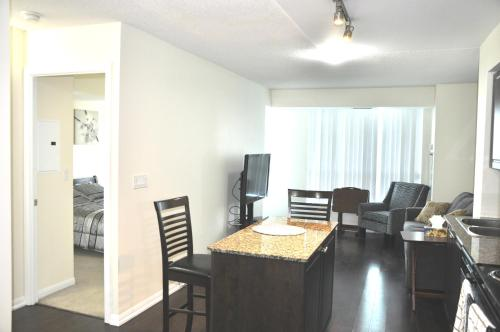 Modern Apartment & Private Parking - Toronto, ON M5V 0C8