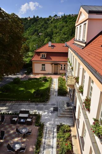 Květinářská 755, 182 00 Prague, Czech Republic.