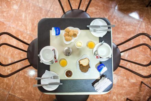 Hotel Sahara Inn Photo
