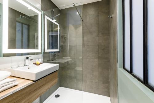 grand h tel clichy paris h tel 36 boulevard jean jaures. Black Bedroom Furniture Sets. Home Design Ideas