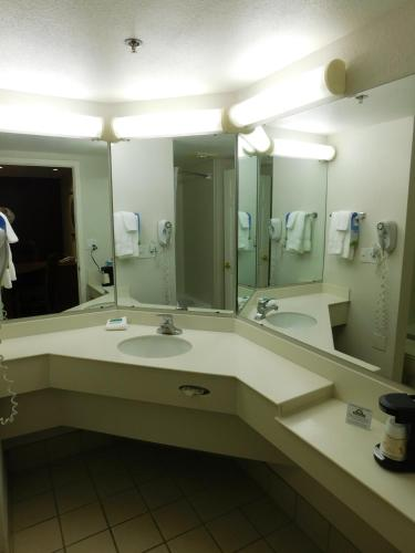 Days Inn Chicago Arlington Heights Photo