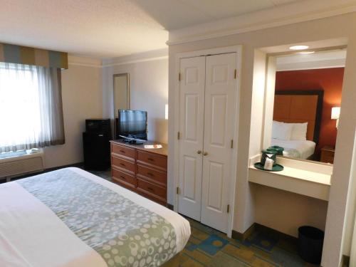 Days Inn & Suites Schaumburg Photo