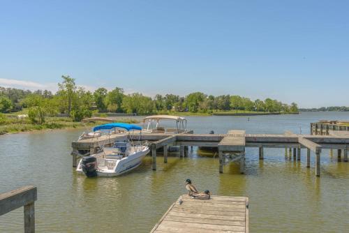 Lake Conroe Queen Studio Cabin 7 - Willis, TX 77318
