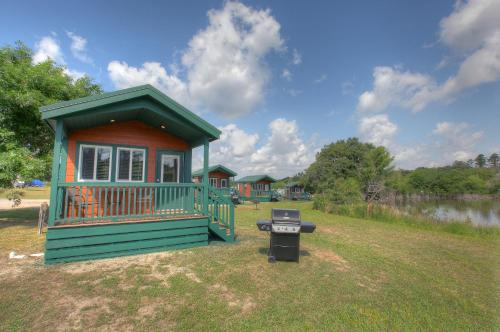 Lake Conroe Queen Studio Cabin 12 - Willis, TX 77318