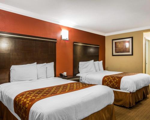 Rodeway Inn & Suites Corona Photo