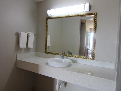 Rodeway Inn Arlington Photo