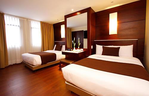 Hotel Reina Isabel Photo