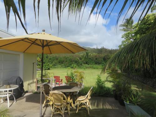 Hibiscus Hula Beach Cottage Photo