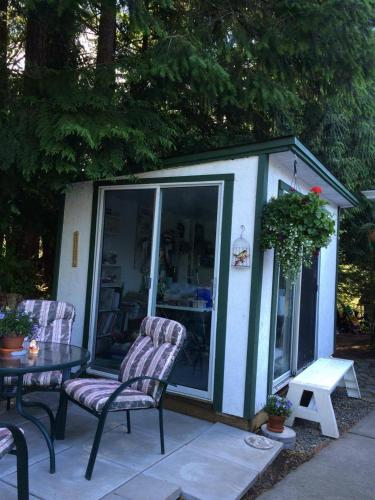 Serenity Lodge Bed And Breakfast - Courtenay, BC V9N 3Z9