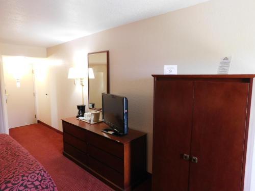 Days Inn and Suites Cedar Rapids Photo