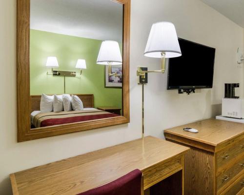 Econo Lodge University - Lawrence, KS 66049