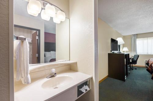 Baymont Inn and Suites Midland Photo