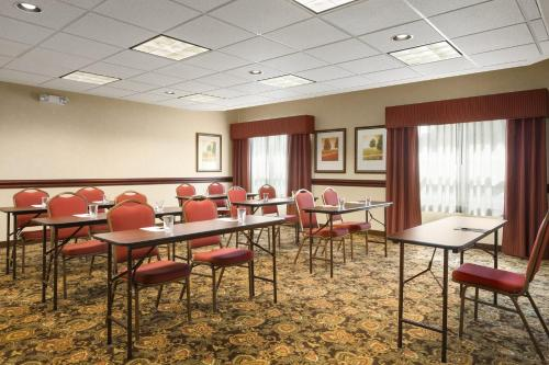Country Inn & Suites by Radisson, Toledo South, OH Photo